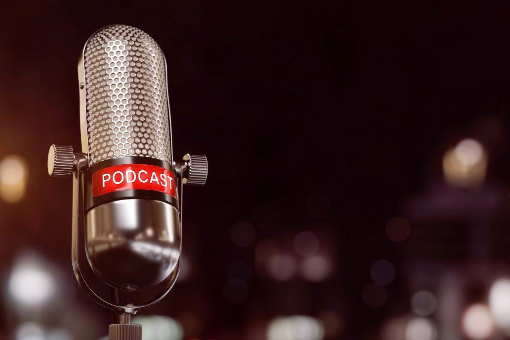 różnice pomiędzy podcastami a graniem na żywo